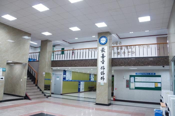 교육관로비